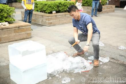 Китаец добыл смартфон OnePlus One с помощью молотка